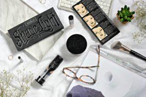 Make-up nach Kat Von D. Kosmetikprodukte Lock-it für jede Frau